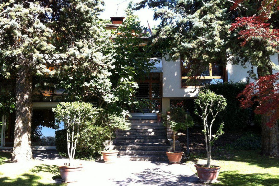 Lake Garda waterfront villa with private wharf 09