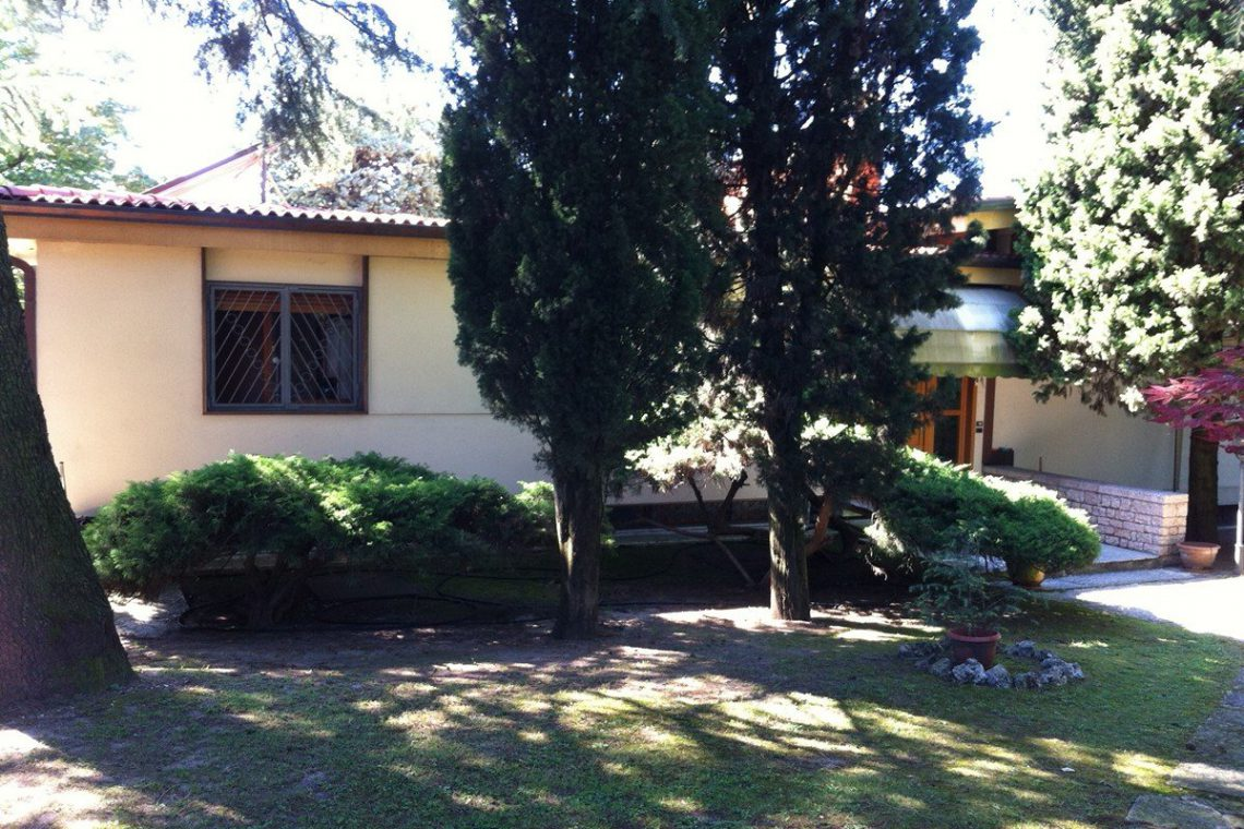 Lake Garda waterfront villa with private dock 31