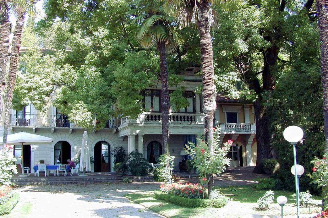 Waterfront historic house for sale Italy with private wharf 08