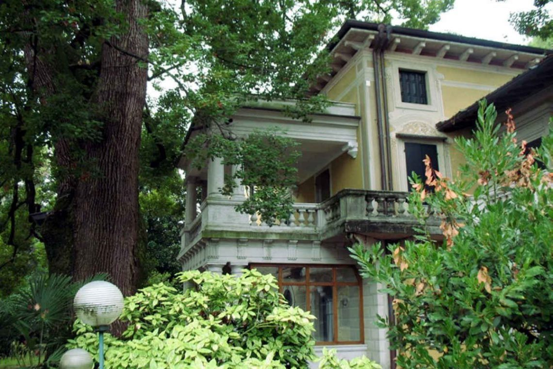 Waterfront historic house for sale Italy with private wharf 09