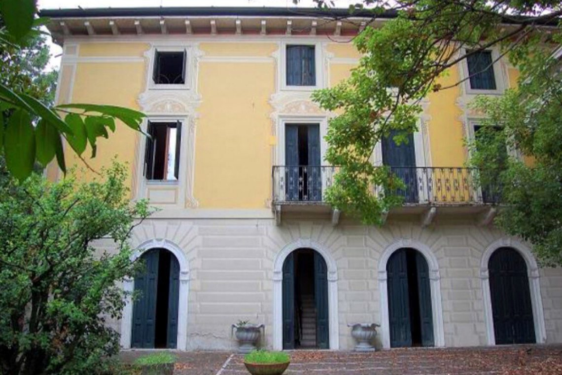 Waterfront historic house for sale Italy with private wharf 11
