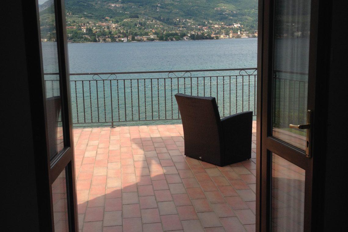 Waterfront villa Lake Garda rent, pool, beach, private dock 22