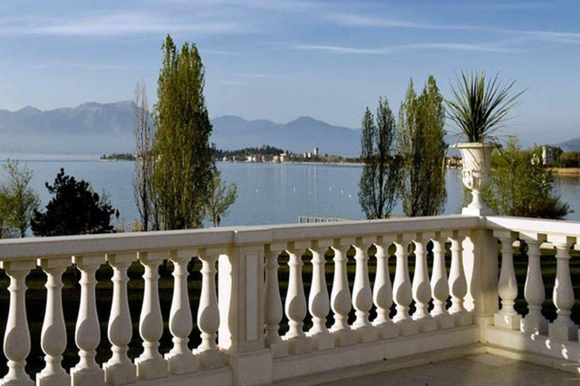 Waterfront apartments for sale in Sirmione on the beach 01