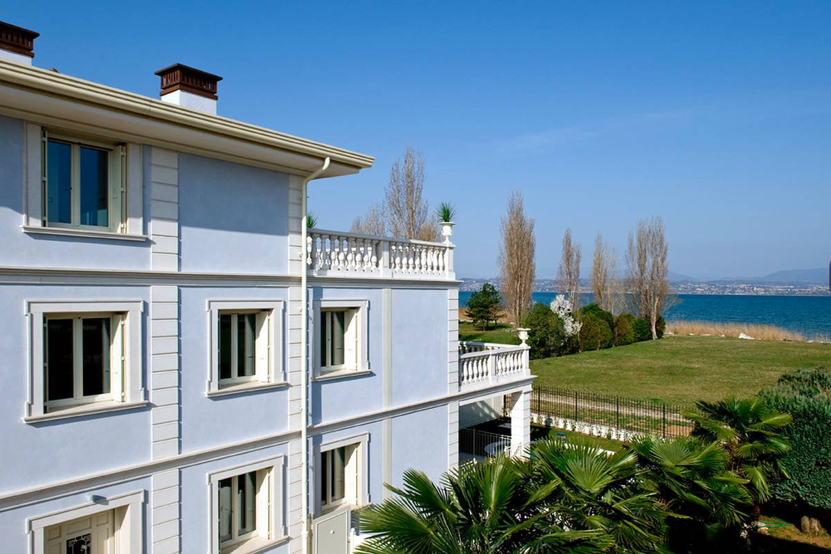 Waterfront apartments for sale in Sirmione on the beach