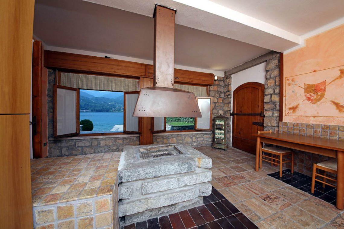 Waterfront villa Lake Garda rent, pool, beach, private dock 15