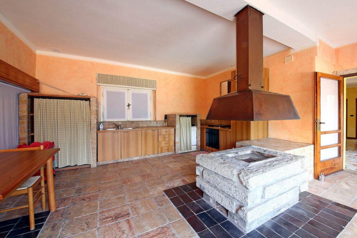 Waterfront villa Lake Garda rent, pool, beach, private dock 19