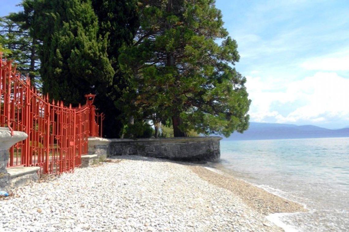 Waterfront historic villa Lake Garda in Decò style 03