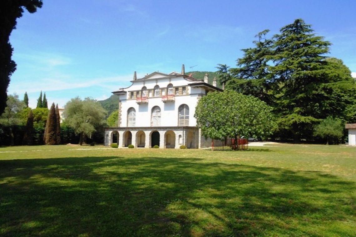 Waterfront historic villa Lake Garda in Decò style 04