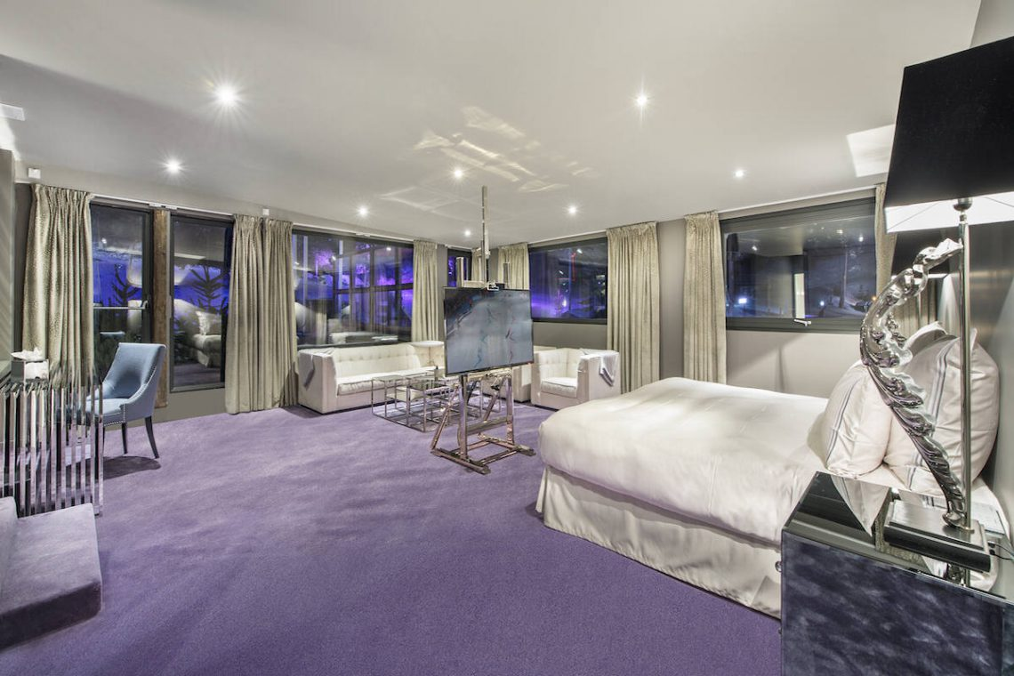 Chalet Courchevel 1850 directly on the ski slope 08