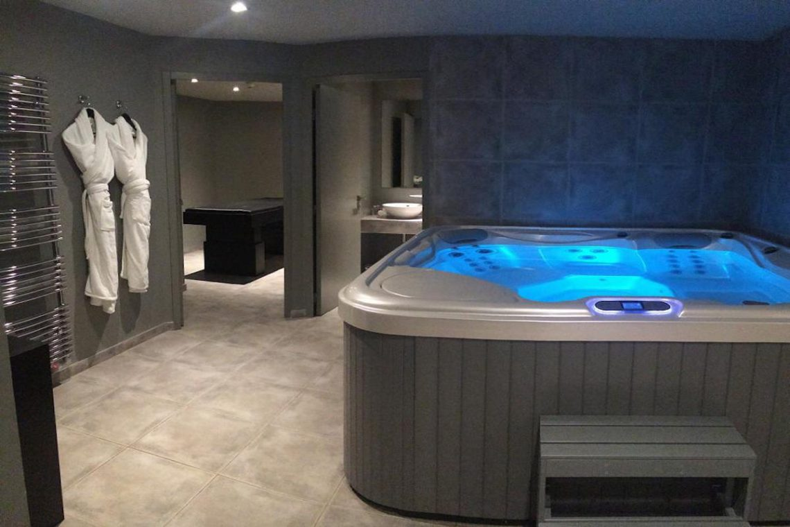 Chalet Courchevel 1850 directly on the ski slope 11
