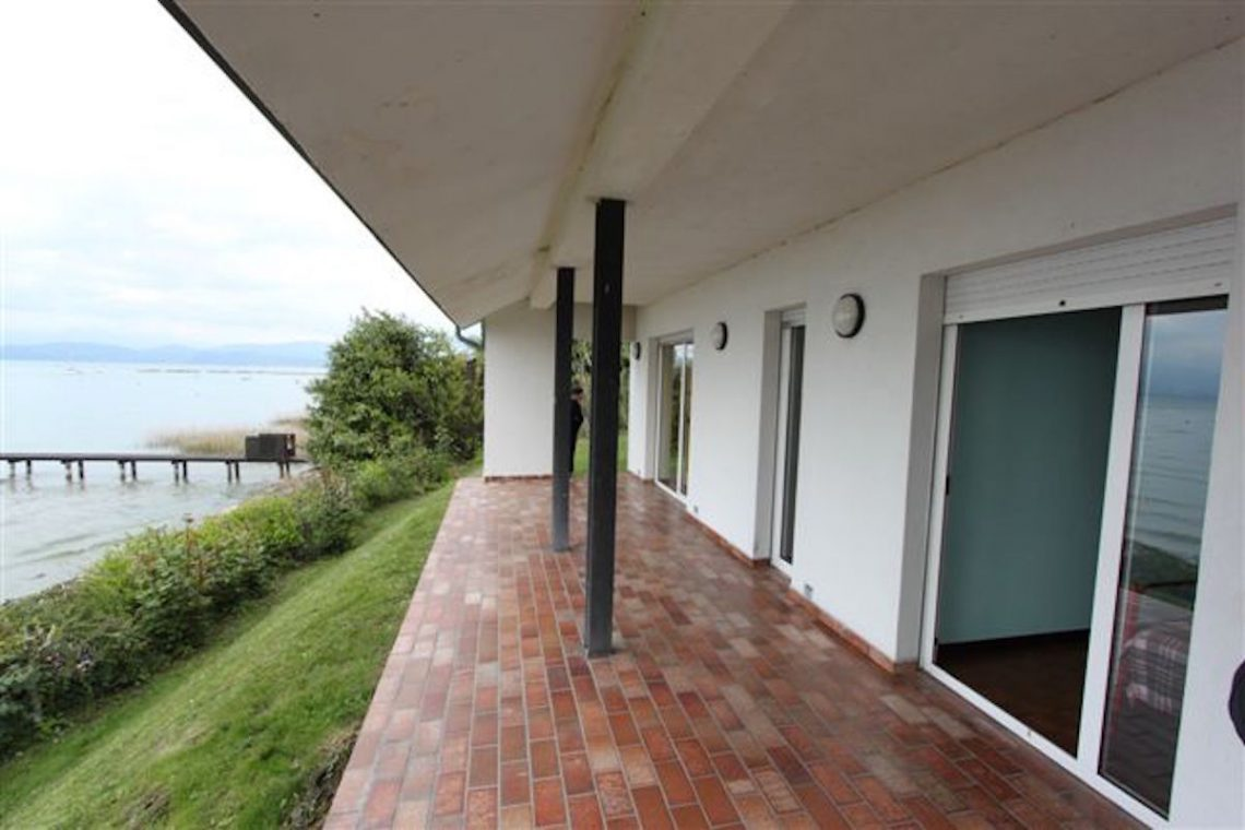 Lake Garda waterfront villa with private dock 10