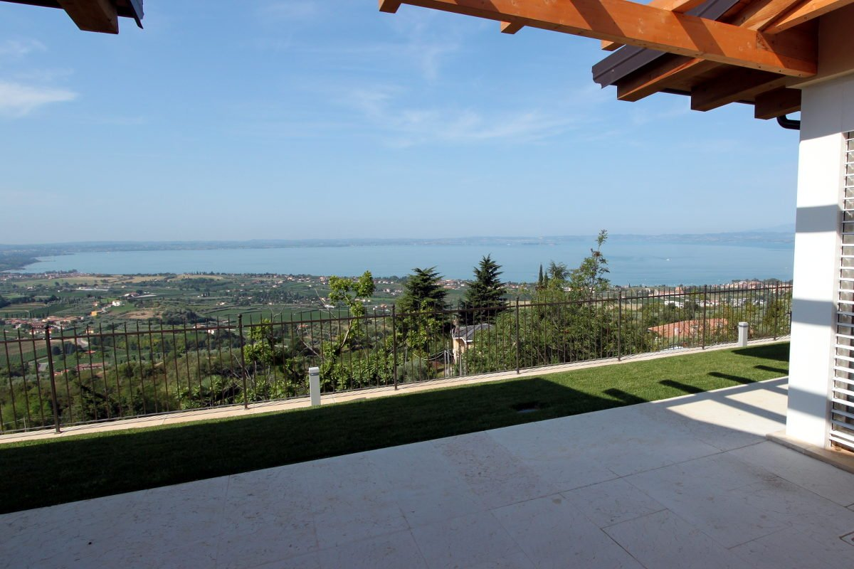 Villa Lake Garda for sale with stunning lake view