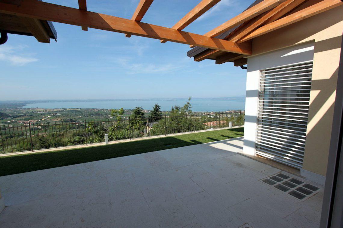 Villa Lake Garda for sale with stunning lake view 02