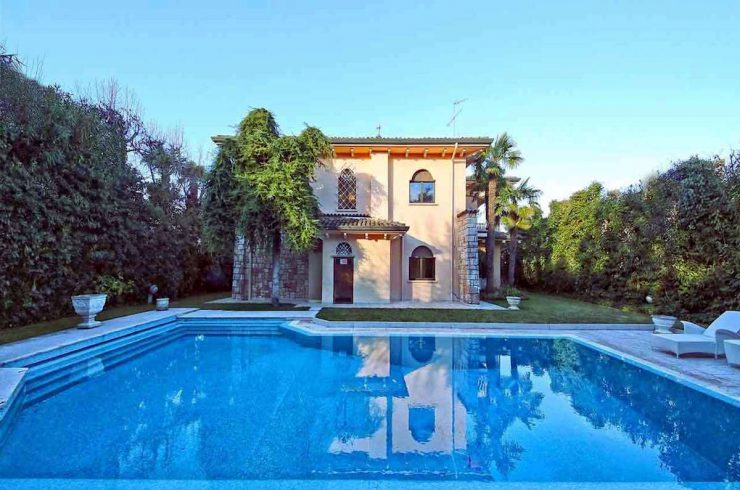 Waterfront villa on the beach Sirmione with pool