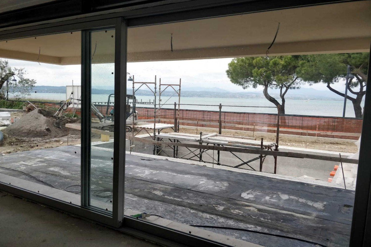 Villa Sirmione waterfront right on the beach