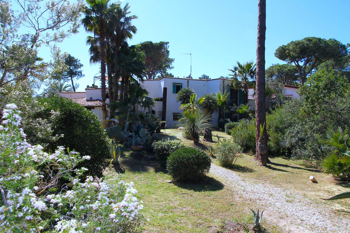 Villa for sale Roccamare just 250 meters from the Beach
