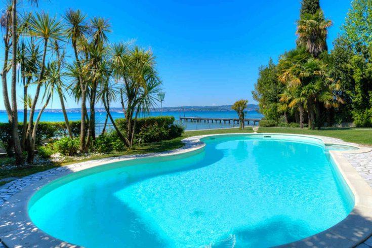 Villa Sirmione for sale in unique lakefront position